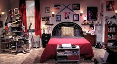 schlafzimmer inspiration the big bang theory howard wolowitz einrichtung rot schwarz musikinstrumente Howard Wolowitz, Bedroom Sets, Home Decor Bedroom, Bedrooms, Room Decor, Big Bang Theory Set, Geek Room, Fantasy Bedroom, Geek Decor