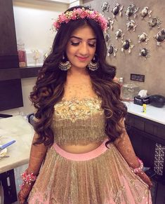 trendy Ideas indian bridal hairstyles engagement jewellery - New Site Mehndi Hairstyles, Open Hairstyles, Indian Wedding Hairstyles, Bride Hairstyles, Hairstyles For Lehenga, Flower Hairstyles, Engagement Hairstyles, Mehendi Outfits, Bridal Hair Inspiration