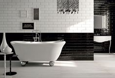 L'eleganza intramontabile del black & white, per un bagno dal look rigoroso. L'alternativa: le mille sfumature del grigio, perfetto per far