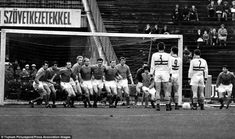 United defend with all eleven players against a Florian Albert free kick in Budapest . They lost to Ferencvaros in the Inter-Cities Fairs Cup in Manchester United Images, Manchester United Players, West Ham United Fc, Bobby Charlton, Bristol Rovers, Class Games, Association Football, Free Kick, Football Cards