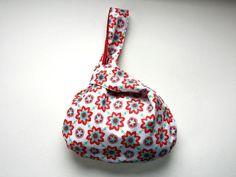 Projektbeutel Knotentasche rot mit Blumen, Tasche  von frostpfoetchen auf DaWanda.com