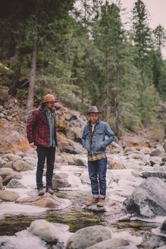 Fall Rugged fall camping/hiking outfit inspiration with a denim shirt plaid flannel boots blue jeans fedoras Mens Outdoor Fashion, Mens Fashion, Rugged Fashion, Gentleman Fashion, Rustic Fashion, Outfits Hombre, Hiking Fashion, Camping Fashion, Camping Outfits