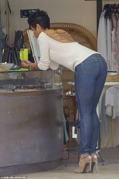 Nicole Murphy wears sexy backless sweater as she spends Sunday shopping Tall Women, Sexy Women, Superenge Jeans, Hollister Jeans, Skinny Jeans, Backless Sweater, Nicole Murphy, Pernas Sexy, Sweet Jeans