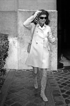 Jackie Kennedy Onassis (Nina Ricci Sunglasses, Gucci Bag) Leaving Crillon Hotel, Paris, 1970 Photo b - Witzige Sprüche Jacqueline Kennedy Onassis, Estilo Jackie Kennedy, Les Kennedy, Jaqueline Kennedy, Valentino, Estilo Glamour, Lee Radziwill, Streetwear, Mein Style
