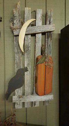 Wooden Crafts Like this. It really catches the eye! Fall Wood Projects, Fall Wood Crafts, Halloween Wood Crafts, Primitive Wood Crafts, Autumn Crafts, Wooden Crafts, Diy Halloween Decorations, Holiday Crafts, Primitive Scarecrows