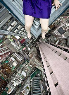 【合成写真ではありません】高層ビルの上からギリギリまで身を乗り出す女の子のセルフポートレートに足の震えが止まらないッ!