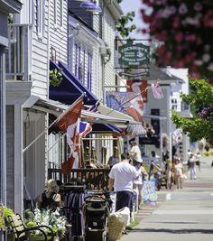 Les vitrines des boutiques font de l'œil aux promeneurs sur la charmante rue principale de l'historique petite ville de Saint Andrews, sur le littoral de la baie de Fundy. http://www.tourismenouveaubrunswick.ca/Produits/T/Ville-de-St-Andrews.aspx?utm_source=pinterest&utm_medium=owned&utm_campaign=tnb%20social
