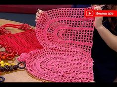 Hot bags are not practical at all. That's why Ezgi Sertel and Kadi … Free Crochet Bag, Crochet Market Bag, Crochet Baby, Knit Crochet, Crochet Classes, Crochet Videos, Crochet Projects, Crochet Handbags, Crochet Purses