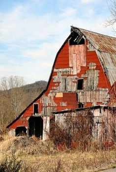 nothing better than a weathered barn! Cabana, Country Barns, Country Life, Country Roads, Cow House, Old Buildings, Wooden Buildings, Farm Barn, Old Farm Houses