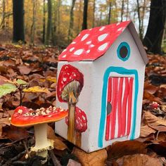 kleines Haus, Pappspielzeug, Herbstdekoration Recycling, Bird, Outdoor Decor, Home Decor, House In The Forest, Tiny House Cabin, Pens, Wrapping Gifts, Stocking Stuffers