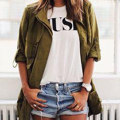 Short Jean. Woman style. Kaki