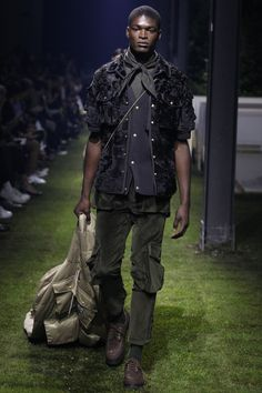 See the complete Moncler Gamme Bleu Spring 2017 Menswear collection.