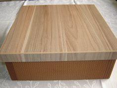Caixa mdf quadrada forrada com tecido 100% algodão, impermeabilizada.  Tampa em mdf laminado sem pintura. Ideal para guardar documentos, cartas, objetos valiosos etc....