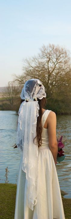 Coiffure mariage : Ivory white lace 1920's Veil. Featuring paper rose flowers.