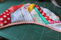 Through the window: Tutorial pantuflas patchwork / Patchwork Slippers Tutorial. Tutorial Patchwork, Colchas Quilt, Quilting, Sewing Crafts, Sewing Projects, Diy Gift Box, Fabric Toys, How To Make Shoes, Homemade Gifts