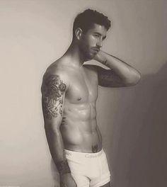Ah! Sergio Ramos... perfección de pies a cabeza, incluyendo sus tatuajes. Me encanta!!!