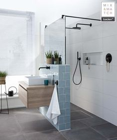 small bathroom ideas pictures aménagement optimisé salle de douche mur séparation vitré You are in the right place about timber flooring Here we offer you the most beautiful pictures about the floorin Diy Bathroom Remodel, Budget Bathroom, Bathroom Ideas, Bathroom Remodeling, Shower Ideas, Bathroom Makeovers, Shower Remodel, Kitchen Remodel, Lavender Bathroom
