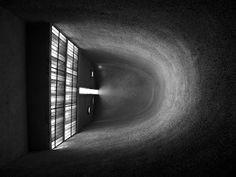 NOTRE DAME DU HAUT | LE CORBUSIER. 1954. Ronchamp. La luz ingresa lateralmente y se difunde a través de la superficie rugosa de las paredes curvas.