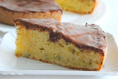 Pastel dulce de calabacín y almendra cubierto de chocolate
