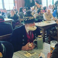 Miren que señor tan distinguido nos encontramos en el #haufbrauhaus de Munich.