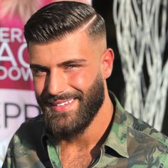 When many guys grow a beard, they think they have finally found the key to doing absolutely nothing when it comes to bathroom maintenance. Letting the beard grow is not a get-out-of-jail-free card for neglecting any type Mens Medium Length Hairstyles, Cool Hairstyles For Men, Hairstyles Haircuts, Haircuts For Men, Modern Haircuts, Hair And Beard Styles, Short Hair Styles, Gents Hair Style, Barber Haircuts
