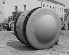 """The Kugelpanzer ...literalmente """"bola blindada"""" Es uno de los más raros y originales vehículos blindados jamás construidos. Una sola copia de este vehículo de reconocimiento fue capturado por el Ejército Rojo y se encuentra actualmente en exhibición en Kubinka Tanque Museo, en la sección de los tanques alemanes. El Kugelpanzer se refería únicamente como """"objeto 37"""" y está pintado en gris brillante. La historia de este vehículo es desconocida."""