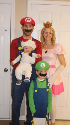 "OP wrote ""Our Halloween costumes Mario, princess peach, luigi, toad family Halloween costume, super Mario bros"" How cute! Diy Halloween, Premier Halloween, Baby First Halloween Costume, Best Group Halloween Costumes, Couples Halloween, Mom Costumes, Halloween Costume Contest, Halloween Costumes For Girls, Couple Costumes"