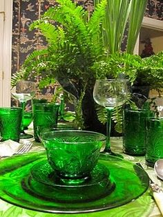 green table scape Note from Starr: Time to pull out the antique carnival glass & depression glass World Of Color, Color Of Life, Go Green, Green Colors, Pretty Green, Table Verte, Dresser La Table, Beautiful Table Settings, Green Table