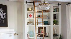 Home-Bibliothek aus BILLY Regalen – der ideale IKEA Pimp fürs Wohnzimmer! Eine eigene Bibliothek – davon träumen viele. Und wenn nicht ein ganzes Zimmer mit den Lieblingsschmökern ausgestattet werden kann, dann wenigstens die...