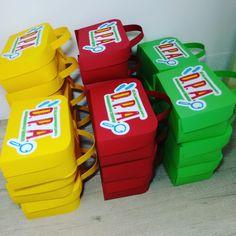 Tire suas dúvidas antes da compra, contate o vendedor. ***************************************************************** Maleta confeccionada em papel Color Plus 180 grs recortada a máquina nas cores Azul, Vermelha e Amarela. Logo do DPA impresso em papel com qualidade fotográfica sem bril...