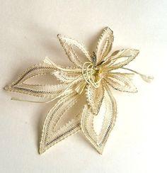 broche Lace Jewelry, Textile Jewelry, Needle Lace, Bobbin Lace, Crochet Art, Filet Crochet, Lace Flowers, Crochet Flowers, Doily Art