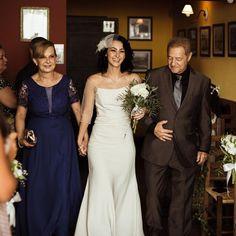 Dia Internacional da Mulher   Inspire-se em noivas que ousaram no casamento Bridesmaid Dresses, Wedding Dresses, Sexy, Manicure, Wedding Ideas, Fashion, Wedding Boutonniere, Bridesmaids, Bride Groom Dress