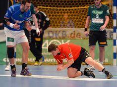 Eigentlich sollte beim Pokal-Viertelfinale zwischen dem HSV Hamburg und dem TSV Hannover-Burgdorf der Handball im Mittelpunkt stehen. Doch plötzlich sorgte ein verirrter Schmetterling für Aufregung. Schiedsrichter Jürgen Rieber (M) fing den Falter in der Alsterdorfer Sporthalle. (Foto: Marcus Brandt/dpa)