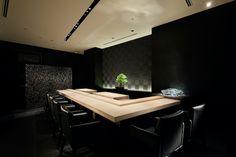 Стены ресторана Sushi SORA, облицованные темным материалом