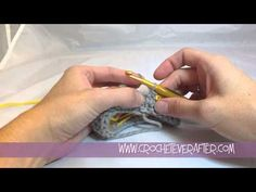 Creating a Single Crochet Invisible Straight Seam In The Round Tutorial. Great tutorial, but I am going to have to watch it like 50 billion times. Crochet Crafts, Crochet Yarn, Crochet Projects, Crochet Tutorials, Foundation Single Crochet, Crochet Instructions, Crochet Stitches Patterns, Crochet Round, Crochet Videos