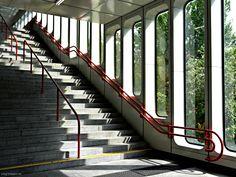 Bahnhoftreppe - http://smg-treppen.de/bahnhoftreppe/ Wenn ihr das nächste Mal zur Arbeit oder wieder nach Hause rennt, macht einfach mal halt in eurem Bahnhof. Mitunter gibt es wunderschöne Bilder zwischen Innen und Außen, die zum kurzzeitigen Verweilen einladen. Zugegeben, manche Bahnhoftreppe läßt erst auf den zweiten Blick den wirklichen Charme ...
