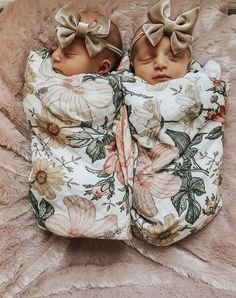 and baby twins Super Baby Twins Fashion Ideas Super Baby Twins Fashion Ideas Cute Baby Twins, Twin Baby Girls, My Baby Girl, Twin Baby Stuff, Baby Baby, Twin Twin, Twin Baby Photos, Baby Pictures, Clothes Pictures