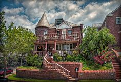 Irish House on Shore Rd. in Bay Ridge, Brooklyn, New York City  -  Photo by Hanny Heim Snowbird Photography #photography   #fotografie   #architecture   #architektur   #newyorkcity   #brooklyn   #housing   #irish