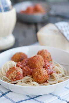 Gli spaghetti con le polpette di Lilli e il Vagabondo sono senz'altro una delle più iconiche rappresentazioni di cibo in un cartone animato, secondi forse solo alla ratatouille di Ratatouille. Ricorderete senz'altro la scena: Biagio e Lilli, a cena nel ristorante italiano di Tony, condividono un piatto di spaghetti meatballs e, complice lo spaghetto, si …