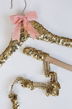 DIY Sequin Hanger i Photography: Gillian Ellis Photography