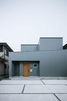 外観/近江八幡市 K様邸 | 滋賀で設計士とつくる注文住宅 ルポハウス Home Building Design, Building A House, House Tokyo, Muji Home, House Front Design, House Wall, House Entrance, Pavement, Cladding