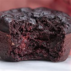 These Dark Chocolate Banana Bread Muffins Are The Healthier .-These Dark Chocolate Banana Bread Muffins Are The Healthier Alternative You've Been Looking For Dark Chocolate Banana Bread Muffins - Healthy Baking, Healthy Desserts, Delicious Desserts, Yummy Food, Healthy Milk, Healthy Waffle Recipes, Cherry Recipes Healthy, Hot Desserts, Tasty Meals