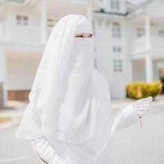 """3,430 Suka, 11 Komentar - Gerakan Nikah Muda (@gerakannikahmuda) di Instagram: """"Kita akan selalu diuji dengan apa yang kita cintai. Maka cintailah sekadarnya. Boleh jadi yang…"""" Hijabi Girl, Girl Hijab, Hijab Outfit, Muslimah Wedding Dress, Wedding Dresses, Niqab Fashion, Beautiful Hijab, Muslim Women, Bride"""