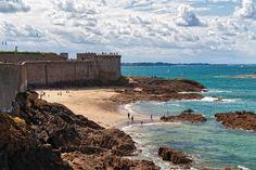 Saint Malo  Il gioco delle maree, lo spirito ribelle di questa comunità, la splendida posizione, il fascino di essere stata covo di pirati, rendono questa città fortezza di una bellezza unica al mondo: siamo a Saint Malo, nel nord della Francia, in Bretagna