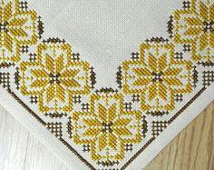 Tableta de bordado de punto de Cruz hecho a mano muy bien vintage años 1960 / mantel con el patrón de estrella en goldbrown / marrón sobre fondo beige claro