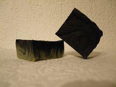 Moderná alchymistka: Mydlo proti akné s čiernym uhlím a zeleným ílom.