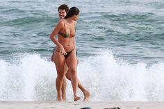 José Loreto e Débora Nascimento na praia da Barra da Tijuca, RJ (Foto: Dilson Silva / Agnews)
