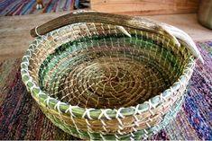 Einen wunderschönen Korb aus Gräsern und Farne mit einer Abwurfstange von einem Rothirsch. 60 € Willow Weaving, Gras, Serving Bowls, Tableware, Shopping, Red Deer, Ferns, Basket Weaving, Nice Asses