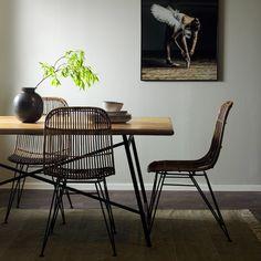 Tessa matgrupp en trendig matgrupp som ger din matplats en ombonad och lite bohemisk känsla. Matbordet med en bordsskiva i massivt mangoträd som gör varje bordsskiva och underredet är i lackerad metall. Stolen har en sits av rotting och ben i lackerad metall- en kombination som är riktigt snygg. Ben, Wishbone Chair, Dining Chairs, Furniture, Home Decor, Decoration Home, Room Decor, Dining Chair, Home Furniture