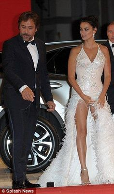 Javier Bardem and Penelope Cruz She has some of the most incredible legs in all of Hollywood Celebrity Couples, Celebrity Style, Penelope Cruze, Selma Hayek, Spanish Actress, Beautiful Celebrities, Beautiful Women, Bridal Looks, Sexy Legs